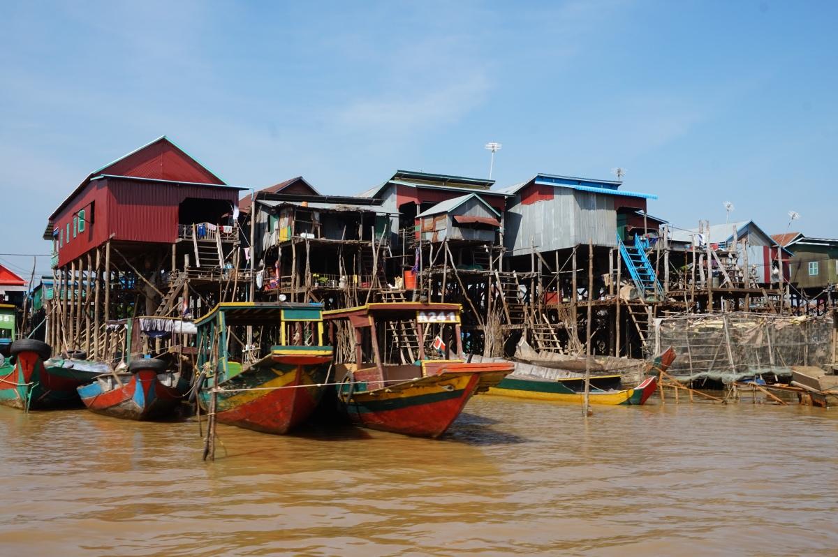 Kampong Phluk -kelluva kylä Tonle Sap järvellä
